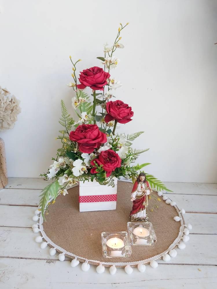 Centro de flores artificiales para cementerio en el día de todos los santos