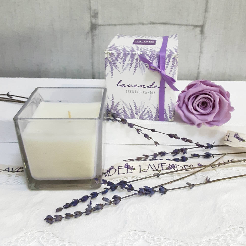 Vela en vaso con aroma a lavanda con caja bonita con ilustraciones florales
