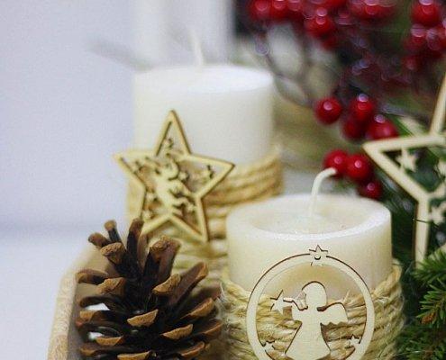 Centro navideño con velas y piñas para centro de mesa