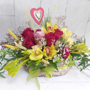 Cesta de flores frescas de colores intensos Camila
