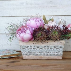 "Caja de madera con flores de imitación ""Peonia"""