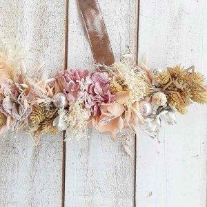 Decoración de paredes con flores secas, bolitas de cristal perladas y pick navideño estrella de madera, para una decoración natural