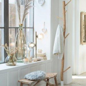 Decoración nórdica en blanco y figuras de gato decorativas en tono crema que aportan calidez