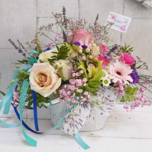 Flores frescas con recipiente decorativo Bianca