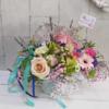 Flores primaverales con cesta de latón
