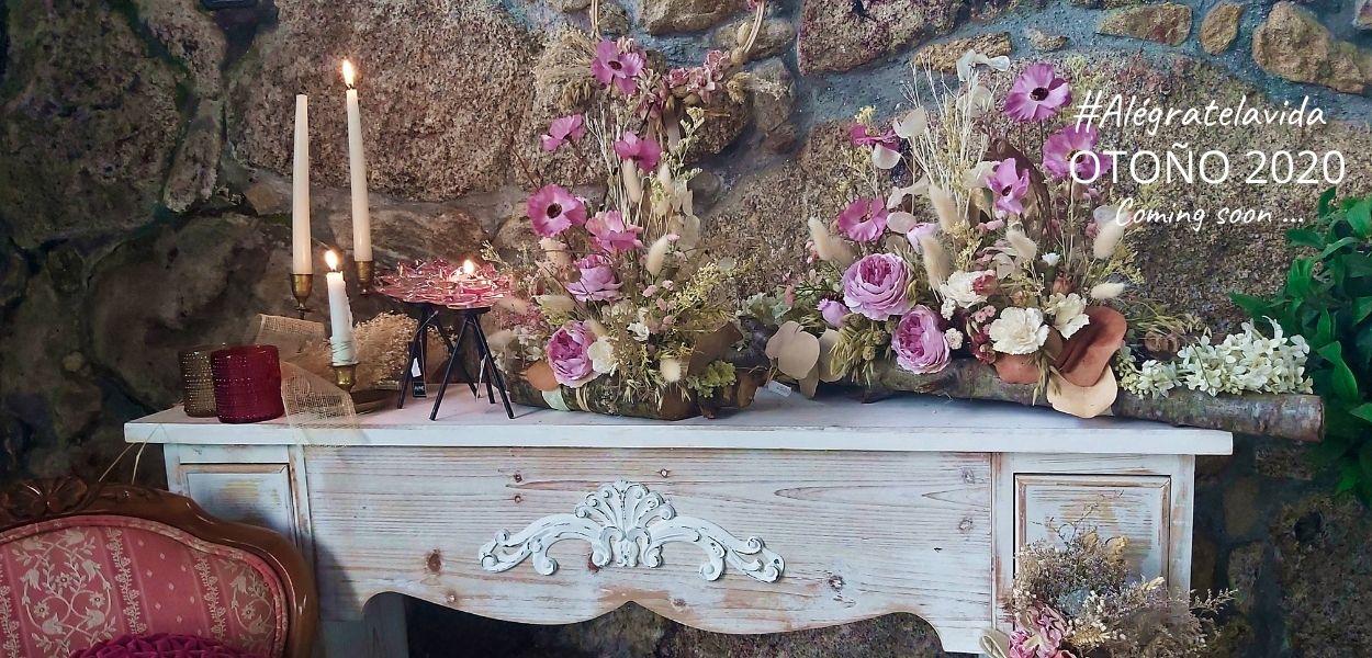 Decoración de otoño 2020 con chimenea decorada con flores secas en tonos rosados y portavelas, para un otoño cálido para tu hogar