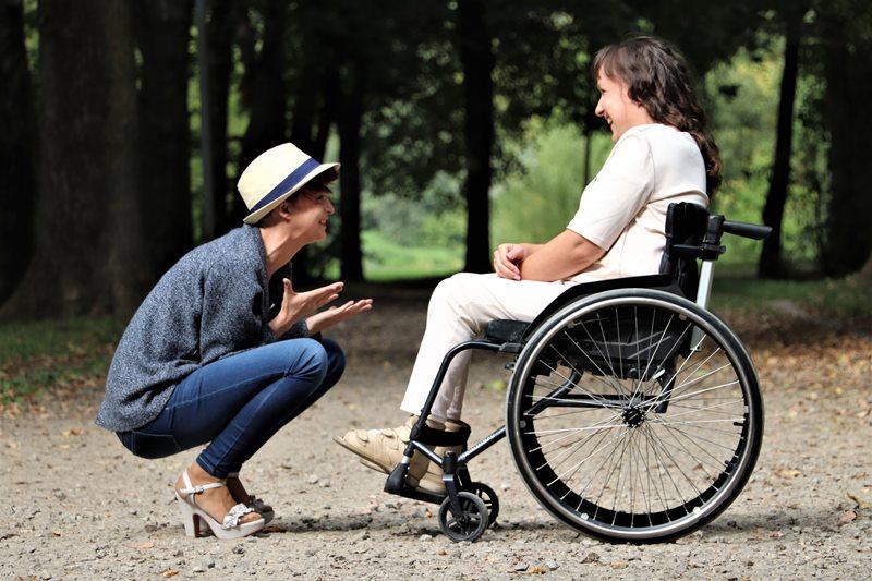 Pareja enamorada en silla de ruedas
