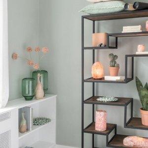 Portavelas decorativos de cristal en estanterías en casa, para un ambiente muy relajante