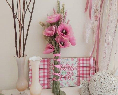 Decoración campestre y muy natural con ramilletes de flores secas con artificiales que parecen de verdad.