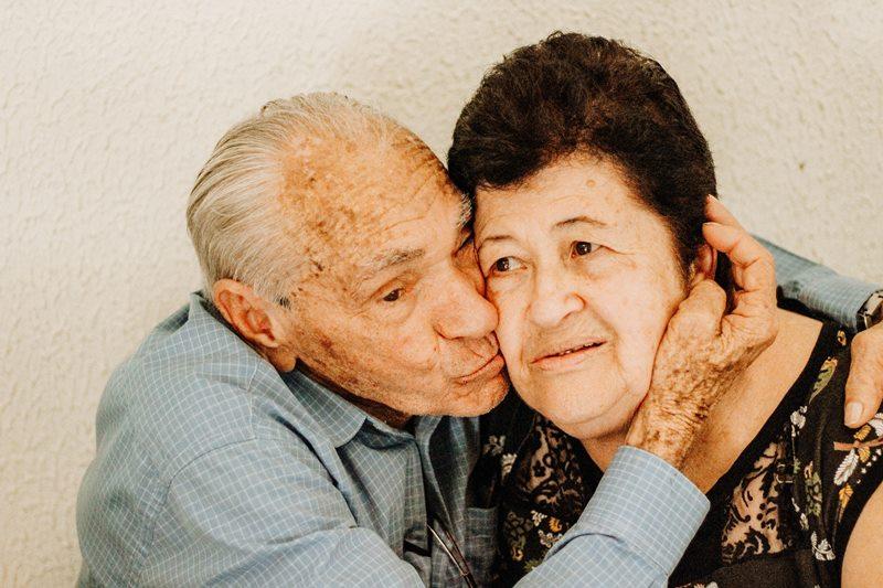 abuelito enamorado besando a la abuelita