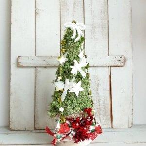 Árbol de Navidad pequeño, para colocar sobre mueble o mesa. Hecho de musgo natural preservado y decorado con adornos navideños.