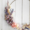 Aro decorado con flores secas y preservadas