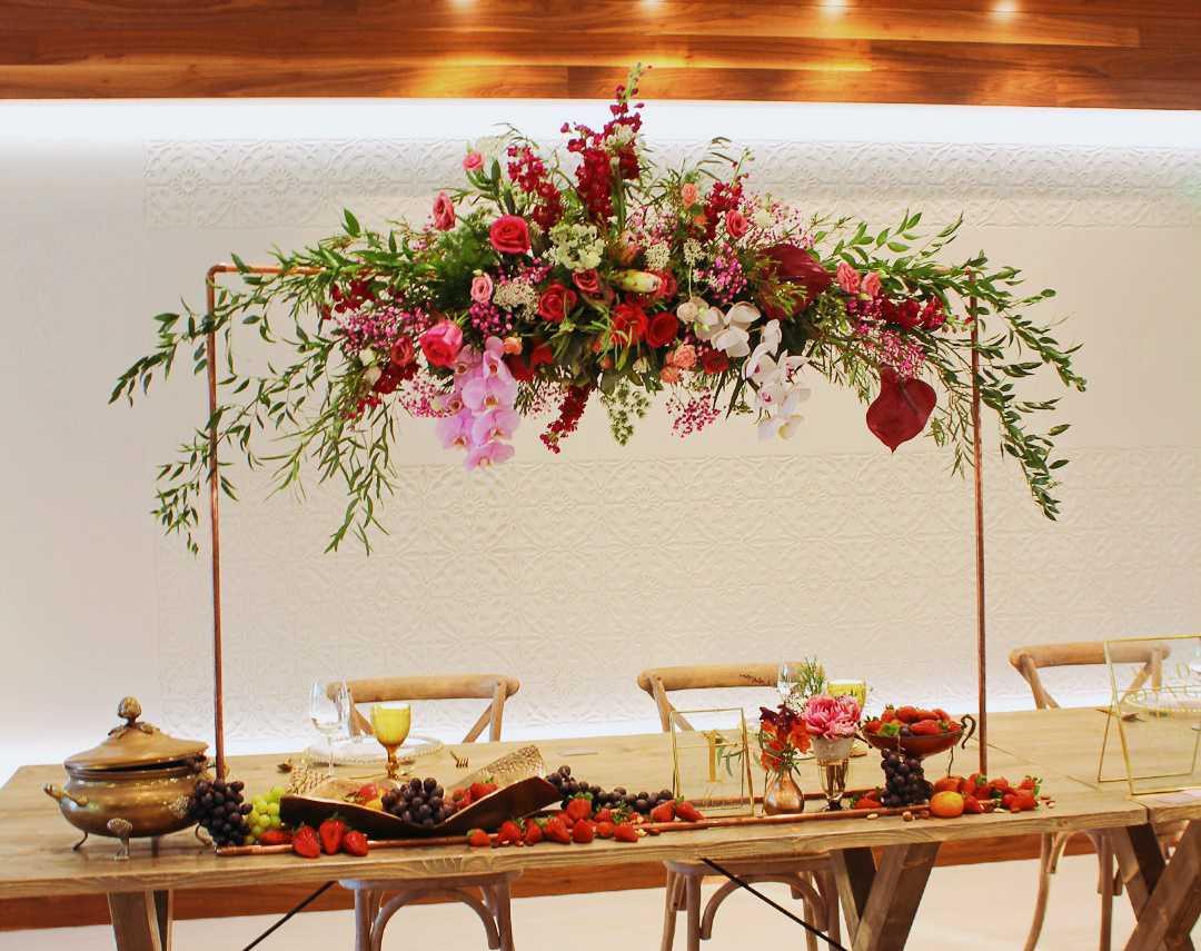 Arco de flores en la mesa de los novios