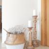 candelabros de madera con cesta de flores decorando un recibidor