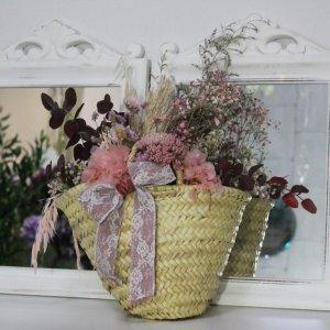 capazo achilea con flores secas