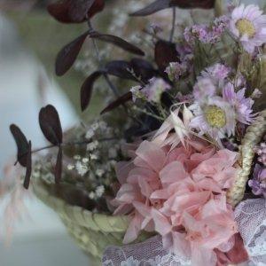 capazo achilea con flores preservadas y secas