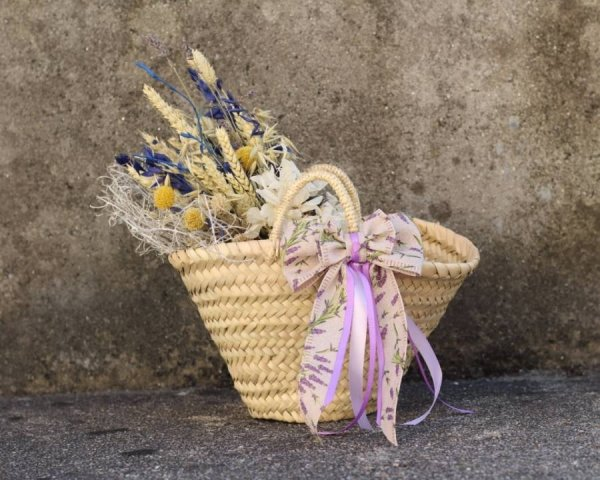 capazo con flores secas y preservadas