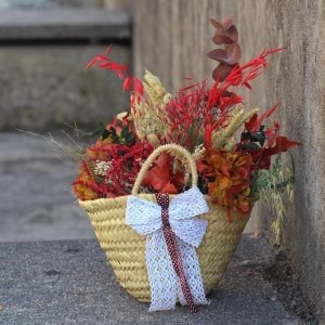 capazo decorativo con flores preservadas