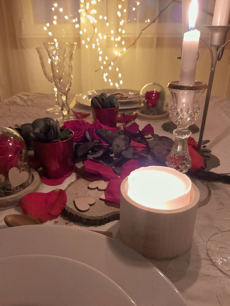 Cena de San Valentín con flores y velas