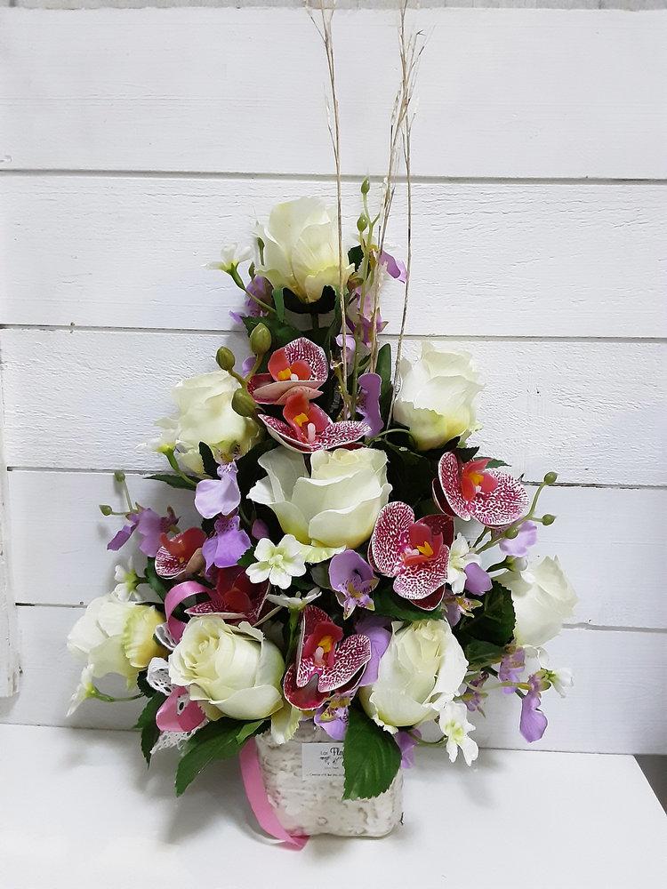 Centro de flores artificiales con maceta bonita para decorar nicho en cementerio con rosas blancas y orquídeas de imitación.