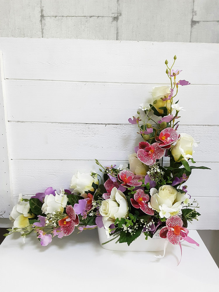 Centro en forma de ele de tamaño perfecto para nicho de cementerio con preciosas rosas blancas y orquídeas de imitación muy duraderas.