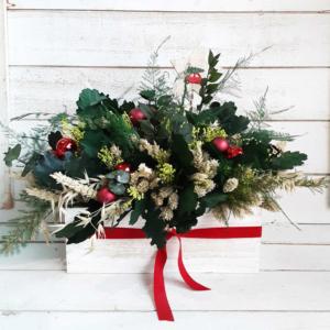 Centro de Navidad natural con hojas de roble, ramas de eucalipto , espigas de trigo y varias flores del campo. Para decorar la mesa de Navidad con aire de campo.