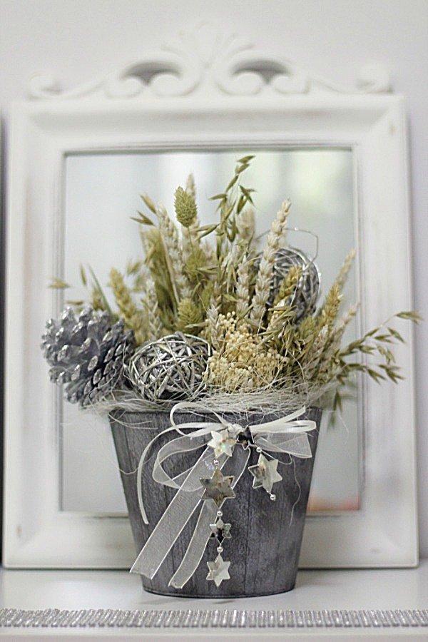 centrode flores naturales para Navidad, trigos, avena, piñas, flores silvestres, en cubo de madera, todo ello en tonos gris y plata