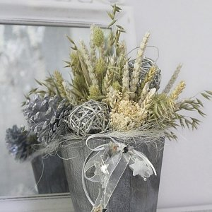 centro de flores secas del campo para Navidad en recipiente natural de madera, en tonos grises y plata