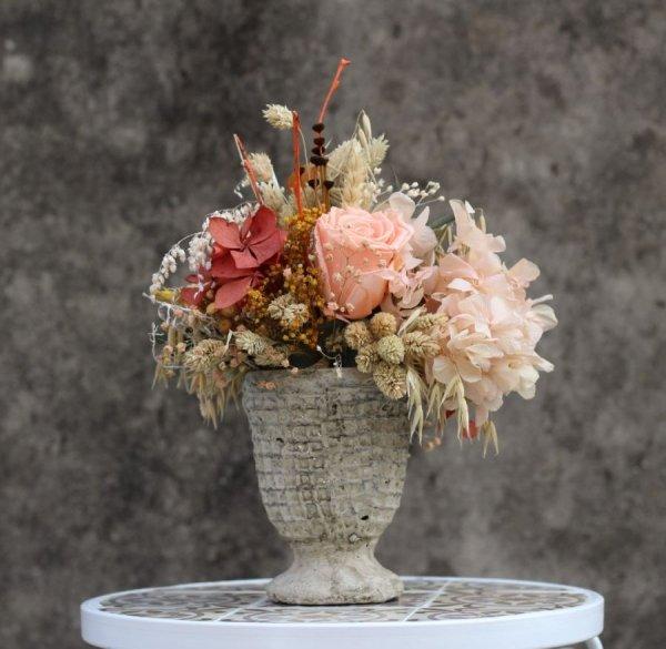 centro de flores con rosa preservada