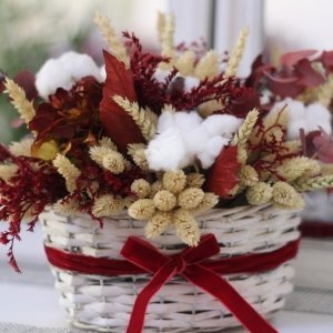 cesta montreal con flores en colores burgundy