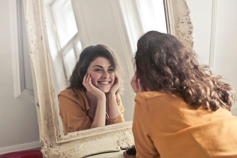 chica enamorada de la vida frente al espejo