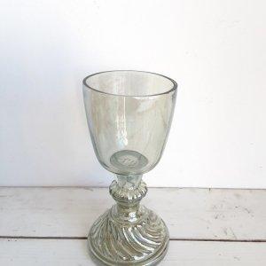 Copa de vidrio porta velas en forma de cáliz, muy elegante y versátil ya que puedes rellenarlo son diferentes elementos naturales para crear centros y arreglos florales.