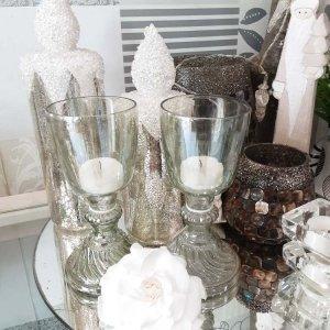 Copas de vidrio ideales como porta velas para iluminar una mesa o ambientar una estancia.