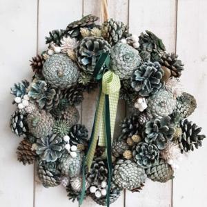 Corona de Navidad con piñas para la puerta