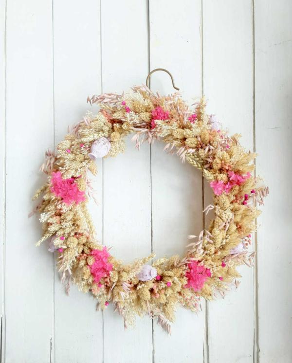 Corona decorativa con flores silvestres y colores alegres