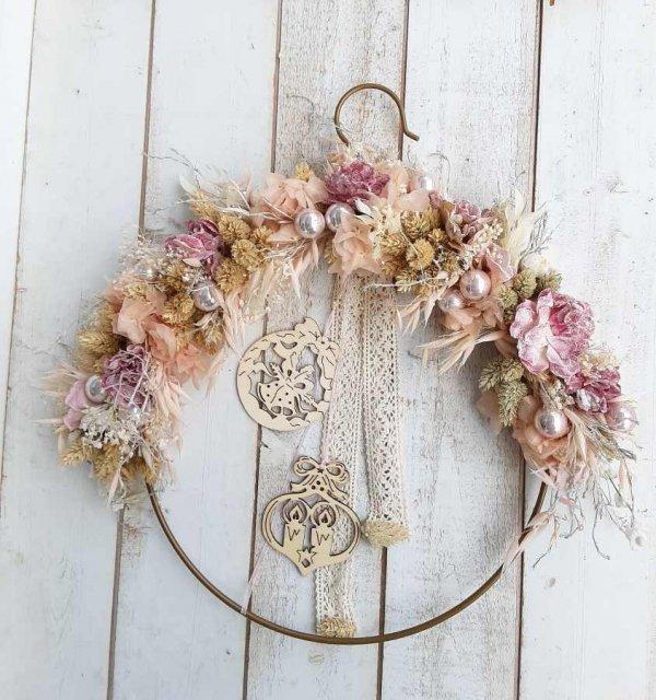 Corona de Navidad muy original y diferente, con flores, perlas y cintas vintage