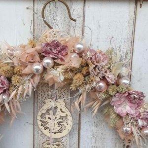 Corona navideña para la puerta y pared, muy chic y elegante, con flores secas y preservadas en colores rosas y nude, en aro de metal