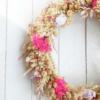 Corona para decorar la casa con flores naturales perdurables
