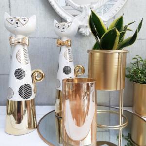 decoración en dorado con vela led, macetas y figuras de gatos con gafas y detalles en dorado