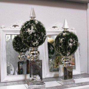 Decoración navideña en tonos plata y verde