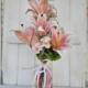 florero de vidrio de color rosa a juego con los lazos y con lilium artificial