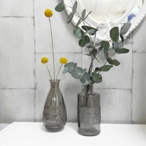 Floreros de vidrio con ramas de eucalipto flores amarillas