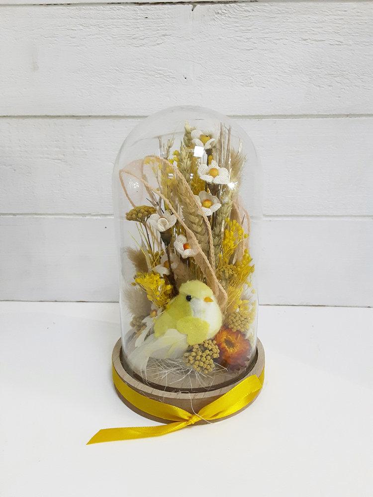 Arreglo de flores secas en tonos amarillos otoñales en cúpula de cristal