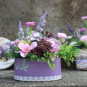 flores artificiales decorativas en lata vintage