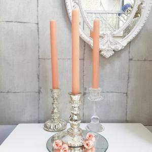 idea decorativa con velas coral y candelabros plateados y vidrio
