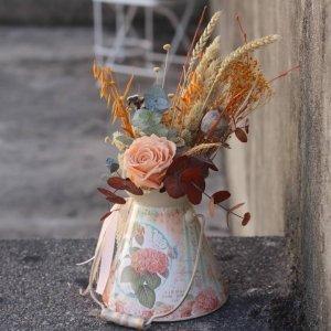 Una lechera retro con flores preservadas