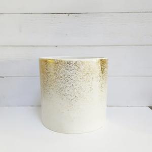 Maceta con toques dorados para decorar con plantas y elegancia la casa