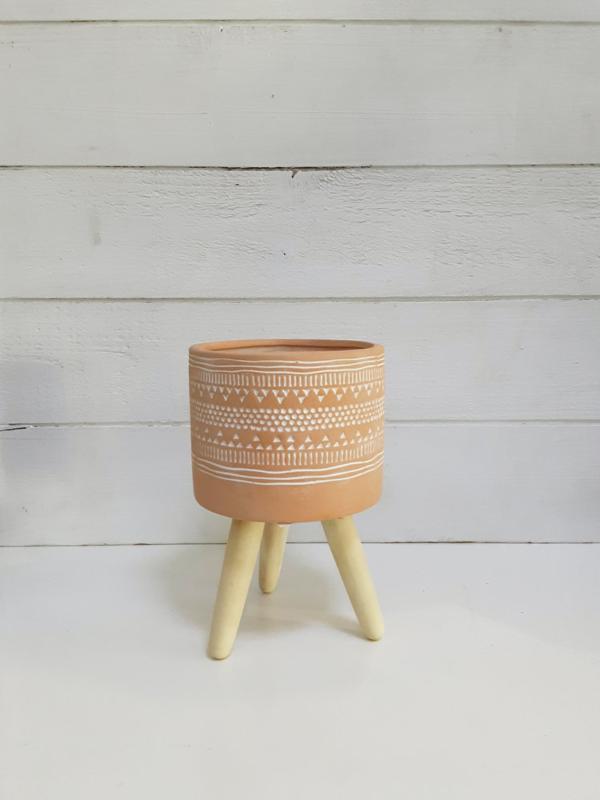 Maceta con patas de madera para decorar el hogar de manera bonita