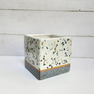 Maceta cuadrada de cerámica efecto terrazo tan de moda