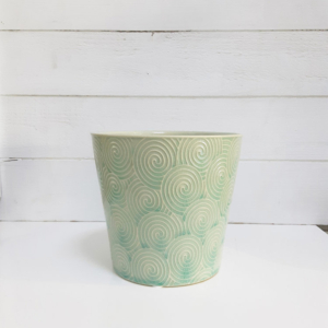 Maceta de cerámica con relieve con dibujos concéntricos y color aguamarina para una decoración elegante.